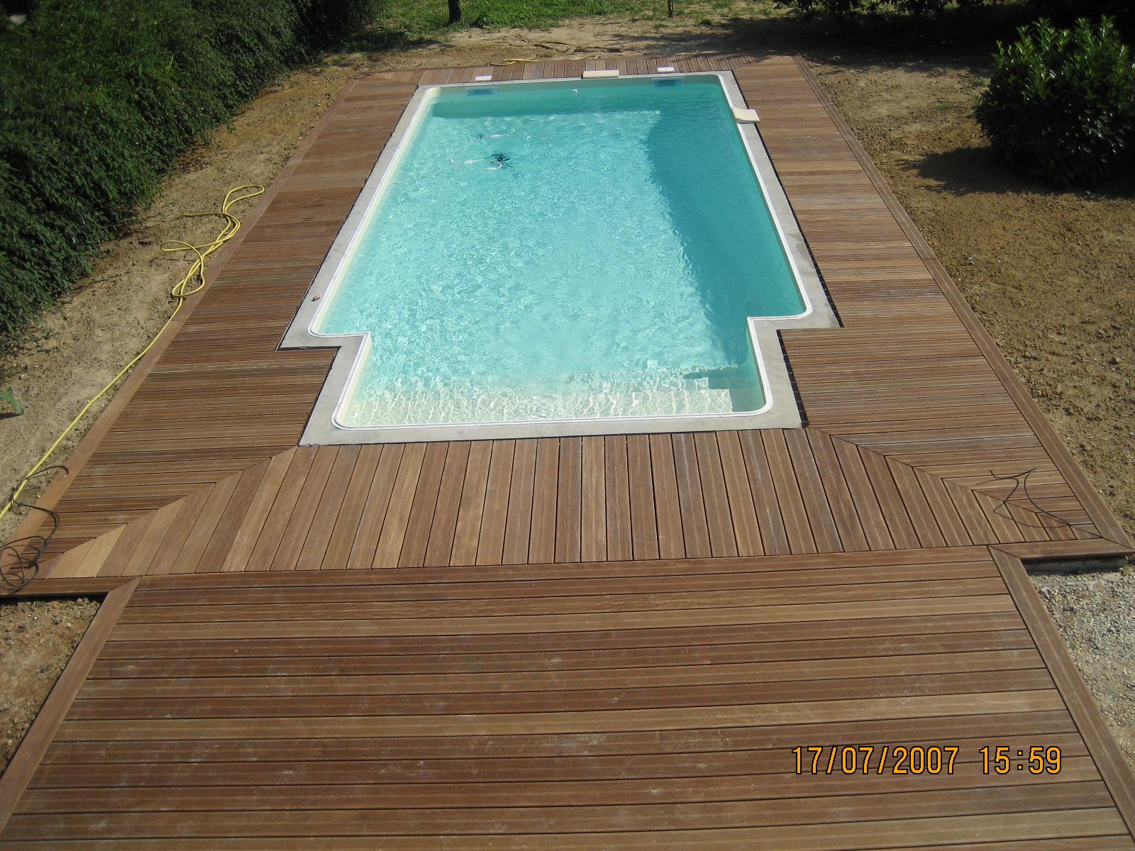 Terrasse de piscine en caillebotis menuiserie charpente couverture - Caillebotis bois pour piscine ...